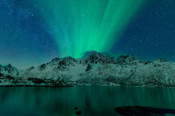 Noorderlicht boven het Austnes fjord in Noorwegen van Sjoerd van der Wal