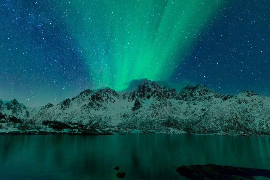 Noorderlicht boven het Austnes fjord in Noorwegen