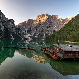 Lago di Braies in Italie van Michael Bollen