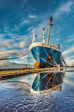 In de haven van Harlingen, Friesland, na een regenbui van