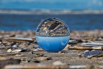 Lensbal op het strand van Zandvoort van Mike Bos