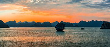 De avond valt in Halong Bay, Vietnam van Rietje Bulthuis