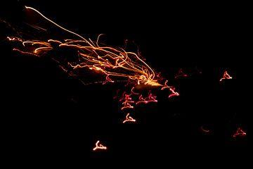 Funkensprühendes Feuerwerk läutet das neue Jahr in der Silvesternacht effektvoll ein von Christian Feldhaar