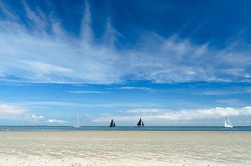 Blauwe lucht boven Waddenzee bij Vlieland van Gerrit Alink