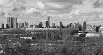 Le stade Feyenoord De Kuip à Rotterdam avec vue sur le centre-ville sur MS Fotografie | Marc van der Stelt