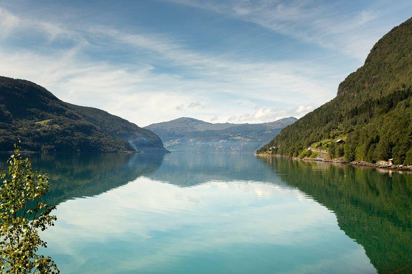 Meer met bergen in Noorwegen van Karijn | Fine art Natuur en Reis Fotografie