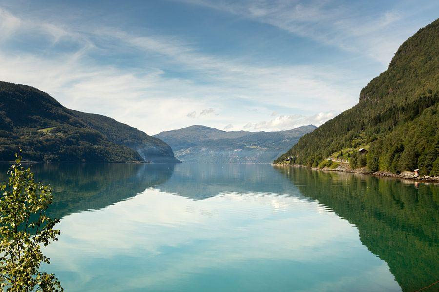 Meer met bergen in Noorwegen
