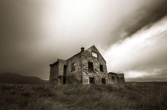 Abandoned house in iceland van Hans Kool