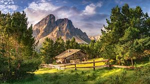 Holzhaus auf einer Alm in den Alpen / Dolomiten in Italien.