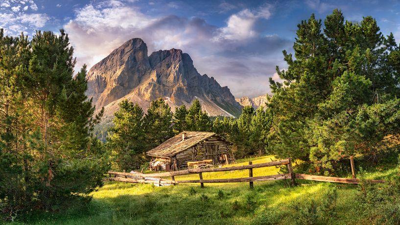 Holzhaus auf einer Alm in den Alpen / Dolomiten in Italien. von Voss Fine Art Fotografie