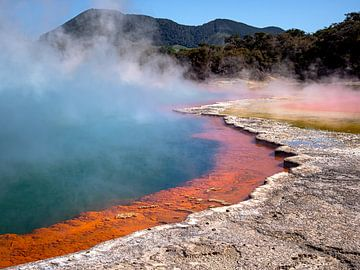 Blauw oranje meer in Wai-O-Tapu Thermal Wonderland in Nieuw-Zeeland van Rik Pijnenburg
