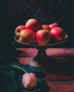 Pommes et tulipes sur Laura van Driel