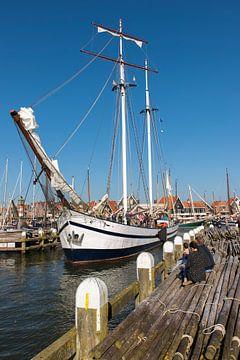 De Vliegende Hollander vaart uit de haven van Volendam von Jack Koning
