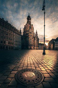 In de ochtend in Dresden de Fauenkirche met gulideckel bij zonsopgang van Jan Wehnert