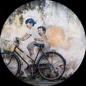 Straatkunst Maleisie, kleine kinderen op een fiets van Ellis Peeters