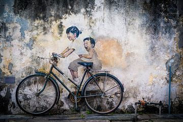 Straßenkunst Malaysia, kleine Kinder auf dem Fahrrad von Ellis Peeters