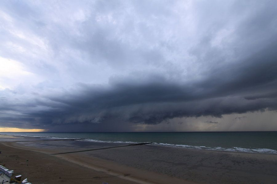 Reusachtige wolkbreuk over zee