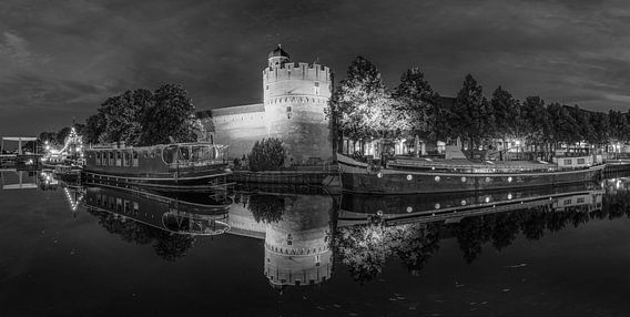 Panorama van de Thorbecke gracht in Zwolle in zwart wit