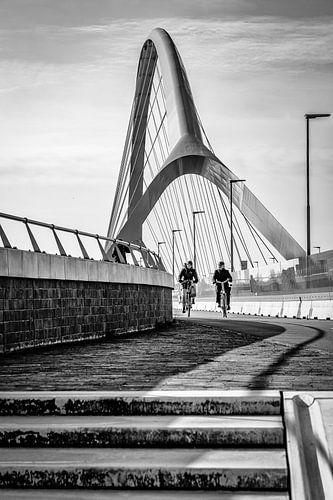 Fietsers over de rivier (Oversteek, Nijmegen) van
