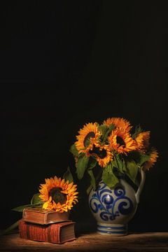 Sonniges Stilleben mit Sonnenblumen in typisch holländischer Keramik. von Saskia Dingemans