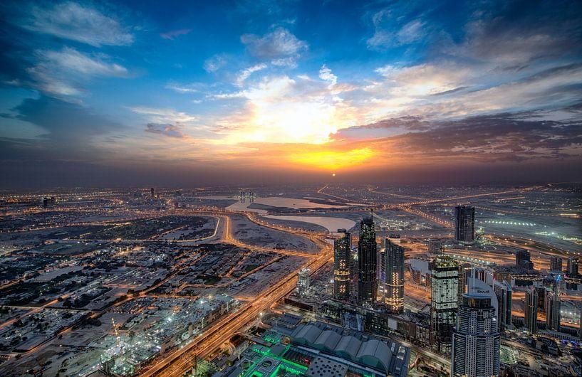 Zon stijgt boven Dubai van Rene Siebring