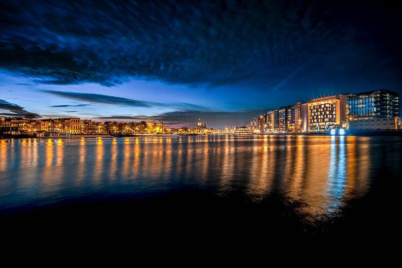 Stadsgezicht Amsterdam zonsondergang van Fotografiecor .nl