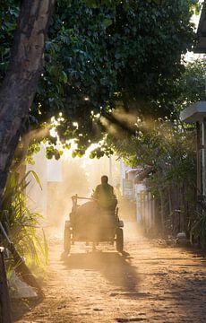Straatbeeld Zonsondergang op Gili Trawangan - Bali van Elyse Madlener