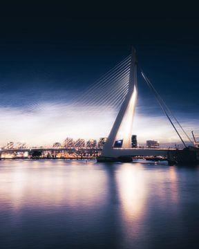 Erasmusbrug Noctilucent wolken, Rotterdam van vedar cvetanovic