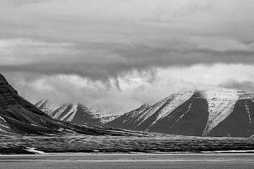 Dreigende lucht in Fjord Bellsund. van Tineke Koen