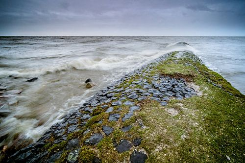 Storm weer bij stenen golfbreker in het IJsselmeer