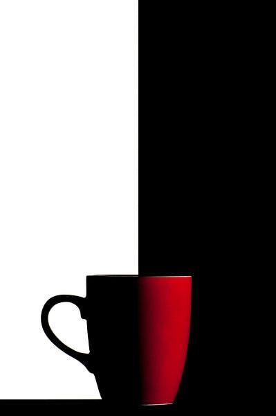 serie Simply Red, titel Zwart Wit (rode koffiekop) van Kristian Hoekman