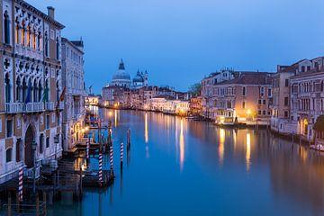 Venise, vue du Ponte dell'Accademia à la première lueur du matin sur Sander Groffen