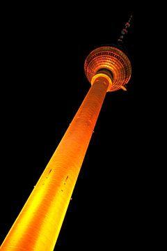 Tour de télévision de Berlin avec éclairage jaune