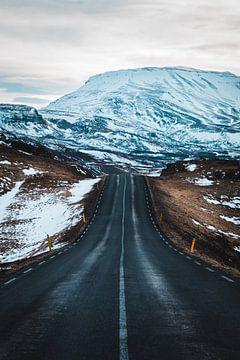 Roadtrip auf isländischer Straße von Abby's Voyage