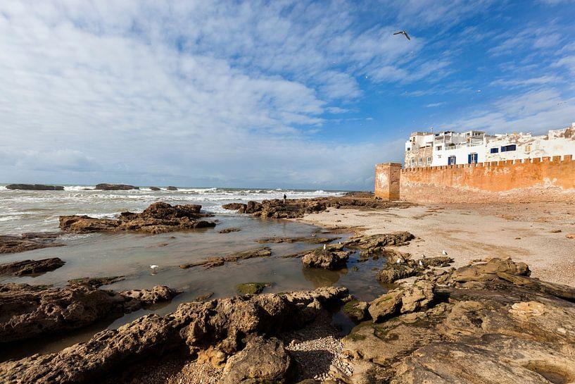 Oude stadsmuur van de medina in Essaouira in Marokko van Peter de Kievith Fotografie