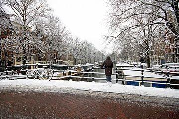 Das verschneite Amsterdam auf den Grachten in den Niederlanden von Nisangha Masselink