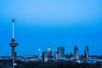 Rotterdam in het blauwe uurtje van Ton de Koning