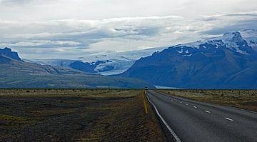 landschap met gletsjer en bergen  onderweg in IJsland van Discover Dutch Nature