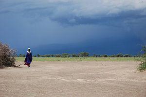 Masaai meneer met onweer op de achtergrond van