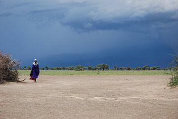 Masaai meneer met onweer op de achtergrond von Paul Riedstra