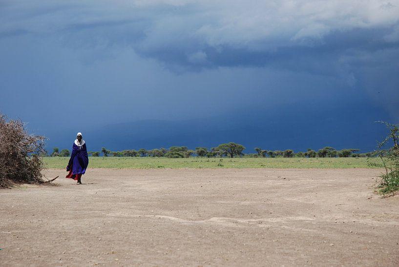 Masaai meneer met onweer op de achtergrond van Paul Riedstra