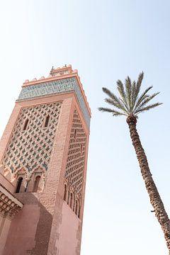 Roze Kasbah Moskee Met Palmboom In Kleurrijk Marrakech van Henrike Schenk
