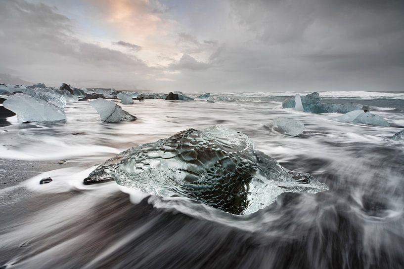 Eisblock am schwarzen Strand von Ralf Lehmann