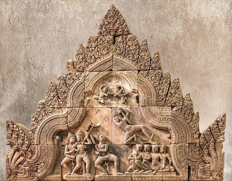 Strijdtafereel in steen in de tempel, Cambodja van Rietje Bulthuis