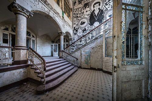 Trap met kunst op de muur van Inge van den Brande