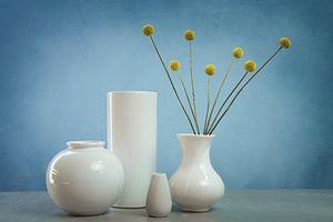 Stilleven met gele trommelstokjes en witte vazen, allium sphaerocephalon van