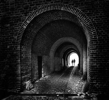 twee mensen lopen samen als een stel door een oude donkere bakstenen tunnel naar het lichte, toekoms van Maren Winter