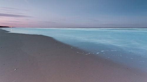 The beach and sea under a purple sky von Remco Bosshard