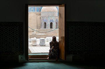 Vrouw bij Shah i Zinda in Samarkand in Oezbekistan van Daan Kloeg