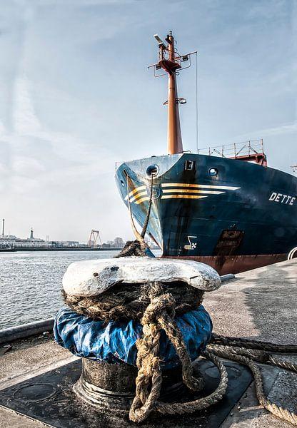 Aangemeerd in de haven van Rotterdam van Anouschka Hendriks